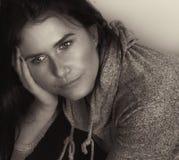 En härlig kvinna på grå färger arkivbild