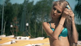 EN HÄRLIG KVINNA RELAXS EN SIMBASSÄNG MED BLÅTT VATTEN Fotografering för Bildbyråer
