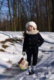 En härlig le liten flicka som rymmer ett fågelhus i en parkera fotografering för bildbyråer
