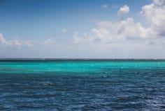En härlig ljus sommardag i den Caye caulkeren Belize arkivbilder