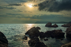 En härlig lugna solnedgång, på Blacket Sea royaltyfri fotografi