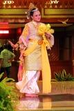 En härlig malajiska kvinna med den traditionella torkduken som utför en dans Royaltyfria Bilder