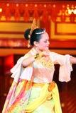 En härlig malajiska kvinna med den traditionella torkduken som utför en dans Royaltyfria Foton