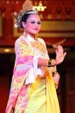 En härlig malajiska kvinna med den traditionella torkduken som utför en dans Fotografering för Bildbyråer