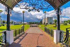 En härlig markis med den figurerade räcket med en utgång direkt till parkera Royaltyfri Bild