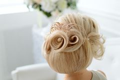 En härlig modellfrisyr, blont hår royaltyfri bild