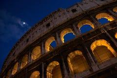 En härlig nattsikt av Colosseumen Arkivfoton