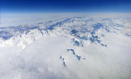 En härlig panorama av snö-korkade berg med moln royaltyfri fotografi
