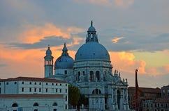 En härlig panoramasikt av basilikan av St Maria della Salute Arkivfoton