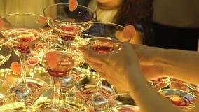 En härlig pyramid av exponeringsglas med champagne och stycken av frukt i den stock video