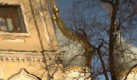 En härlig reflexion av kyrkan i Suzdal, Ryssland Royaltyfri Bild