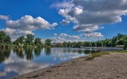 En härlig sikt är inte en skog och en flod på en solig dag för sommar Royaltyfria Foton