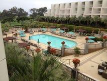 En härlig sikt av en golf parkerar och ett hotell Royaltyfri Foto