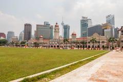 En härlig sikt av floden av liv tillfogade på den Gombak floden : Byggnad för sultanabdul samad i Kuala Lumpur, Malaysia royaltyfri bild