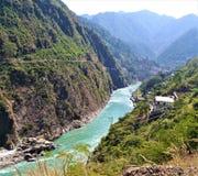 En härlig sikt av floden som kommer till och med berg royaltyfria bilder