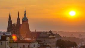 En härlig sikt av Prague på soluppgång på en dimmig morgontimelapse lager videofilmer
