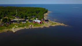 En härlig sikt av små skandinavhus på den Östersjön kusten på en klar solig dag lager videofilmer