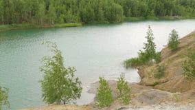 En härlig sjö med blått vatten i bergen En stark vind gör vågor stock video