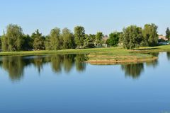 En härlig sjö ställer ut spegeln som reflexioner till kristallisk klarhet arkivbild