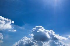En härlig skyscape med vita moln Arkivfoto