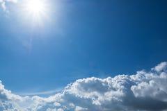 En härlig skyscape med vita moln Arkivbilder