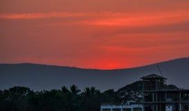 En härlig solnedgång bak bergen arkivbilder