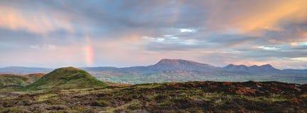 En härlig solnedgång med regnbågen i Irland arkivbilder
