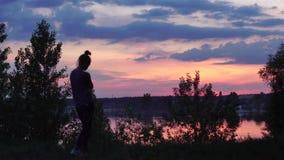 En härlig solnedgång på flodtimelapsen arkivfilmer
