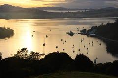 En härlig solnedgång som ser över Mangonui Royaltyfri Bild