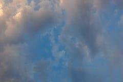 En härlig soluppgång på himlen arkivbild