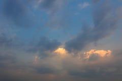 En härlig soluppgång på himlen Arkivfoto