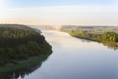 En härlig sommarmorgon över den Nemunas floden Royaltyfri Bild
