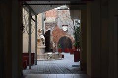 En härlig springbrunn i gården av historisk byggnad i den gamla Rigaen Royaltyfri Foto