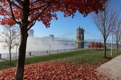 En härlig stadsbro sitter i den tunga dimman för morgnar arkivbild