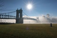 En härlig stadsbro sitter i den tunga dimman för morgnar royaltyfria bilder