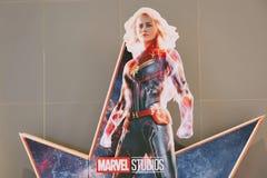 En härlig standee av en film kallade stjärnor för kapten Marvel eller Carol Danvers av Brie Larson skärmar som visar på bion royaltyfria bilder