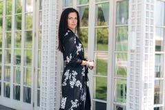 En härlig stilfull affärsdam är iklädd siden- kläder, henne kom till ett viktigt möte i en restaurang med a royaltyfria foton