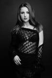 En härlig ung flicka i en svart sjal Royaltyfri Foto