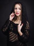 En härlig ung flicka i en svart sjal Royaltyfria Foton