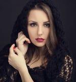 En härlig ung flicka i en svart sjal Fotografering för Bildbyråer