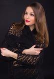 En härlig ung flicka i en svart sjal Arkivbild
