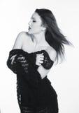 En härlig ung flicka i en svart sjal Royaltyfri Fotografi