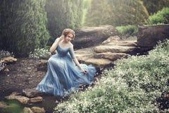 En härlig ung flicka som Cinderella går i trädgården Arkivbild