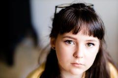 En härlig ung flicka som ser in i kameran fotografering för bildbyråer