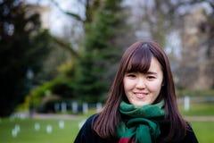 En härlig ung japansk dam i parkera arkivbilder