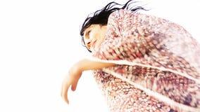En härlig ung kvinna, brunett som står på stranden som håller ögonen på omgivningen medan vinden som blåser till och med det svar lager videofilmer