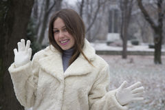 En härlig ung kvinna i parkera Royaltyfria Bilder