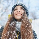 En härlig ung kvinna i vinter utanför royaltyfri fotografi