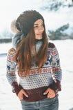 En härlig ung kvinna i vinter utanför royaltyfri foto