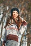En härlig ung kvinna i vinter utanför arkivbild